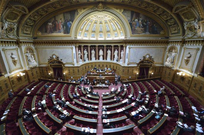 Un mois après le vote à l'Assemblée, Manuel Valls souhaite que le Sénat adopte le texte qui constitutionnalise l'état d'urgence et la déchéance de nationalité «dans les mêmes termes», pour en finir au plus vite.
