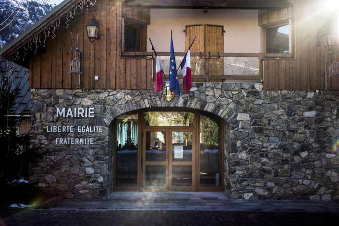 Le village de Vaujany (Isère), en décembre 2013. Engagée dans une réforme territoriale d'ampleur, la France cherche à diminuer le nombre de ses municipalités. L'Etat offre d'importants avantages financiers aux mairies qui acceptent de se rassembler en « commune nouvelle ».