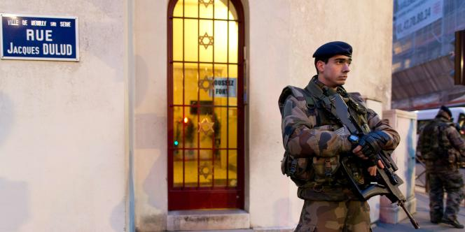 Des soldats français patrouillent devant une synagogue de Neuilly-sur-Seine (Hauts-de-Seine) dans le cadre du plan Vigipirate, le 21 janvier.