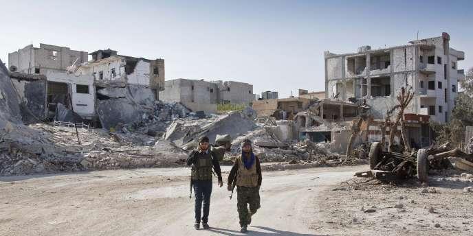 Des combattants kurdes dans la ville dévastée de Kobané, en novembre 2014. Les peshmergas ont repris le contrôle de la majorité de la ville, face aux djihadistes de l'Etat islamique, le 26 janvier.