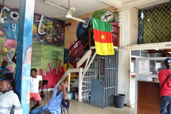 Des supporteurs camerounais attendent la victoire de leur équipe dans un bureau de paris, à Douala, 28 janvier 2015.