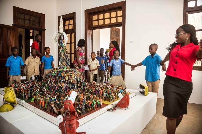 Des élèves d'une école primaire béninoise visitent le musée d'art contemporain de Ouidah, en novembre 2013.