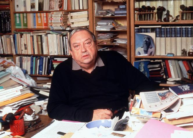 L'historien Jacques Le Goff assis à sa table de travail (photo non datée).
