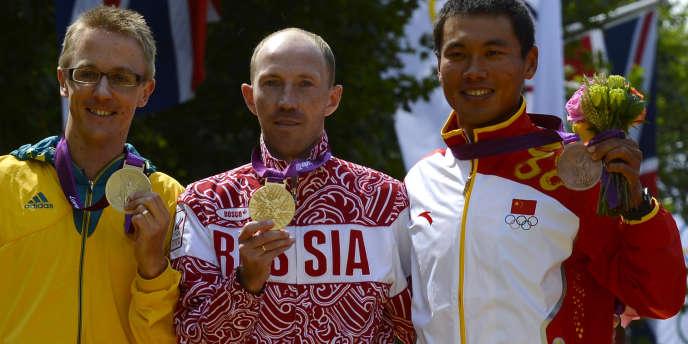 Jared Tallent (à gauche), sur le podium du 50 km marche aux Jeux de Londres, en compagnie du Russe Sergey Kirdyapkin et du Chinois Si Tianfeng, le 11 août 2012.