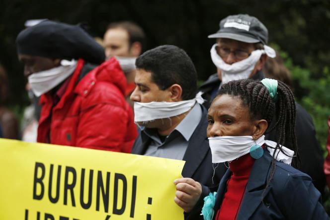 Des militants de l'ONGAmnesty International réunis face à l'ambassade du Burundi à Bruxelles pour protester contre les atteintes à la liberté de la presse.