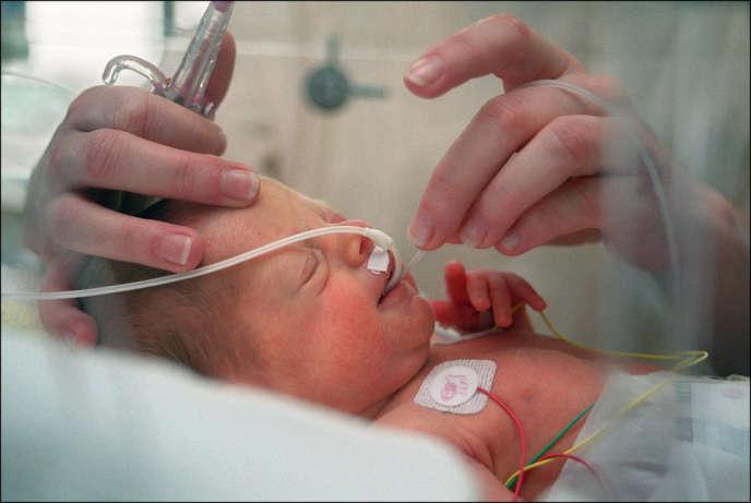 Un bébé prématuré équipé d'une sonde gastrique au service de néonatalogie de l'hôpital Robert-Debré, à Paris.