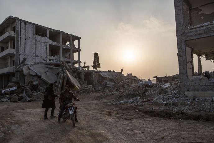 Kobané, a l'entrée de la ville, les destructions sont immenses.
