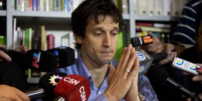Diego Lagomarsino, informaticien qui a fourni à Alberto Nisman l'arme qui l'a tué, parle aux journalistes, mercredi 28 janvier à Buenos Aires.