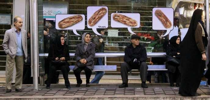Dessins de Taha collés dans une station de bus pour dénoncer l'augmentation de 30% du prix du pain, en décembre2014.