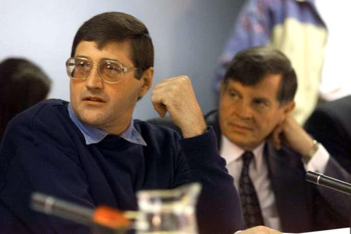 Eugene de Kock, (à gauche), ex-chef d'escadron de la police secrète pendant l'apartheid en Afrique du Sud, devant la Commission vérité et réconciliation, 24 mai 1999.