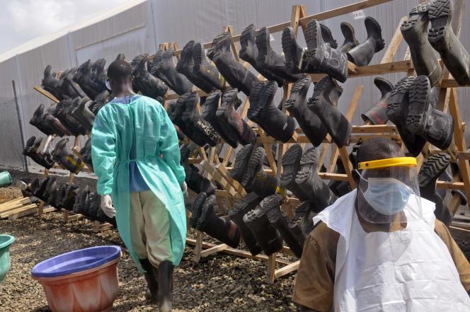 Les bottes du personnel de santé sont désinfectées dans l'enceinte d'une clinique, à Monrovia, au Liberia, le 30 janvier 2015.
