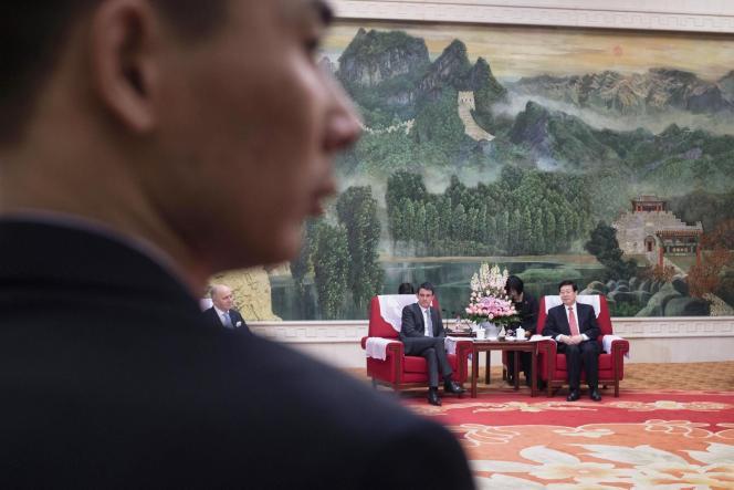 Manuel Valls et le maire de Tianjin Huang Xingguo, à Pékin, le 29 janvier.