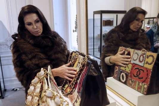 La femme d'affaires milliardaire Mouna Ayoub touche un sac à main lors d'une présentation de pièces de mode de luxe, le 16janvier 2015 à Paris.