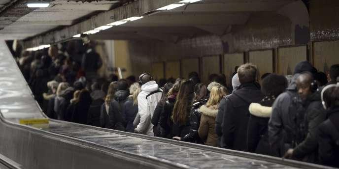 La station de métro Chatelet-Les-Halles, surchargée, jeudi, en raison de la grève sur le RER A.