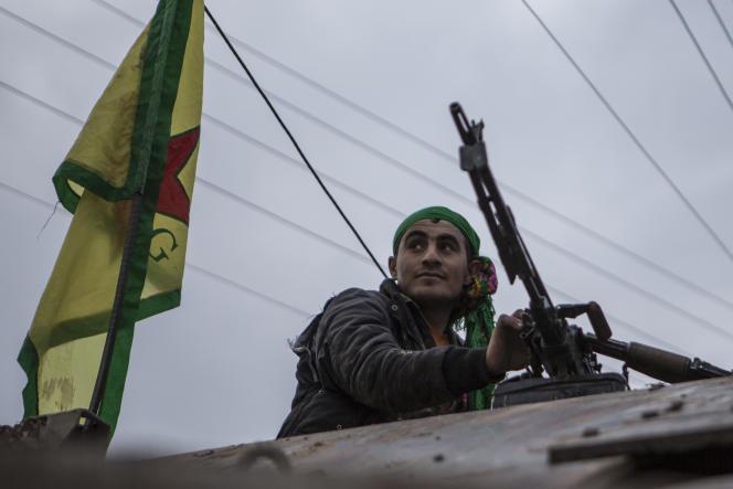 Combattant du YPG sur un camion récupéré à l'Etat Islamique qui allait servir de bombe.
