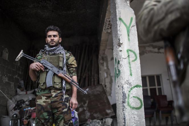 Combattant du YPG à l'entrée de la ville de Kobané.