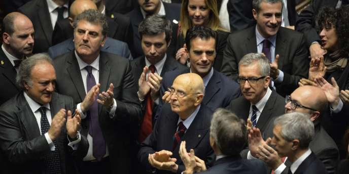 L'ancien président italien Giorgio Napolitano (au centre) applaudit avec d'autres grands électeurs l'élection de Sergio Mattarella, le 31 janvier 2015.