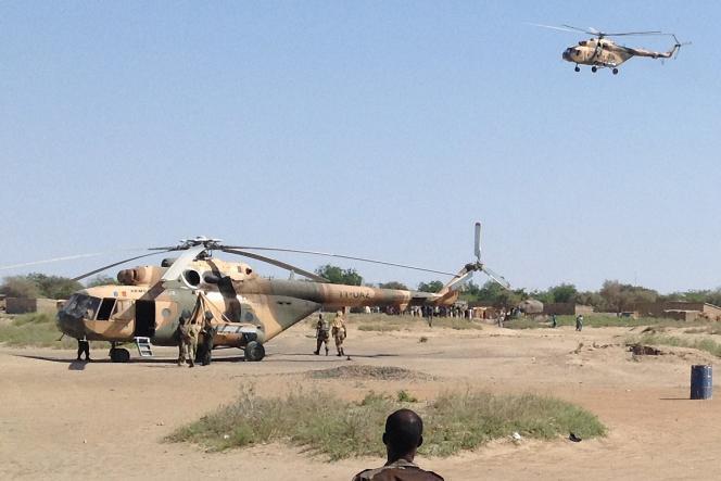 Des hélicoptères de combat MI-24 à Fotokol (Cameroun), 1er février 2015, après une opération de l'armée tchadienne contre les positions de Boko Haram à Gomboru (Nigeria)