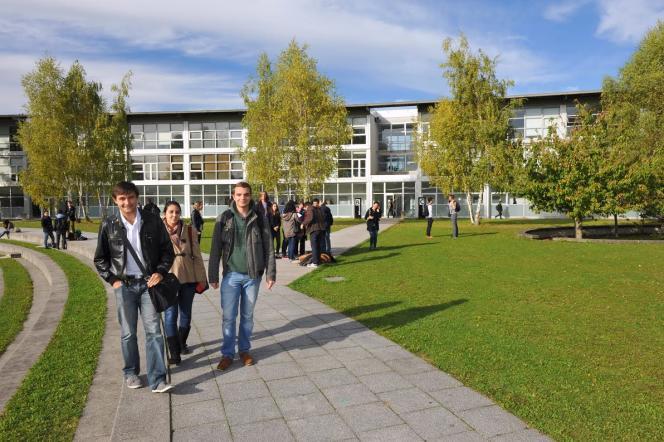 Sur le campus de l'université de technologie de Troyes.