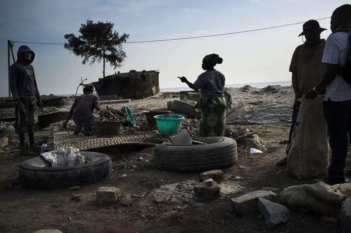 Vente de poisson fumé à Rufisque (Sénégal).