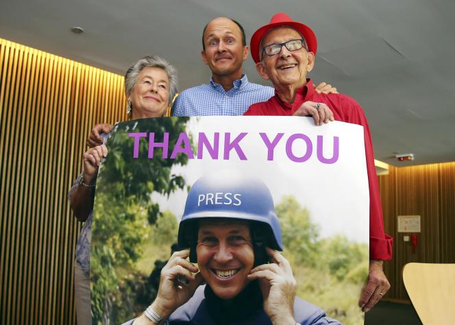 Juris et Lois, les parents de Peter Greste, ainsi que son frère Andrew, lors de la conférence de presse annonçant la libération du journaliste d'Al-Jazira (affiche), le 2 février 2015, à Brisbane.