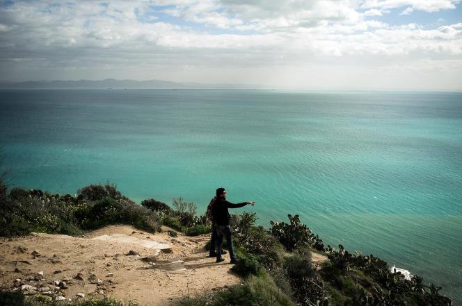 Les tunisiens aiment se promener sur les hauteurs de Sidi Bou Saïd pour admirer la vue du Golfe de Tunis.