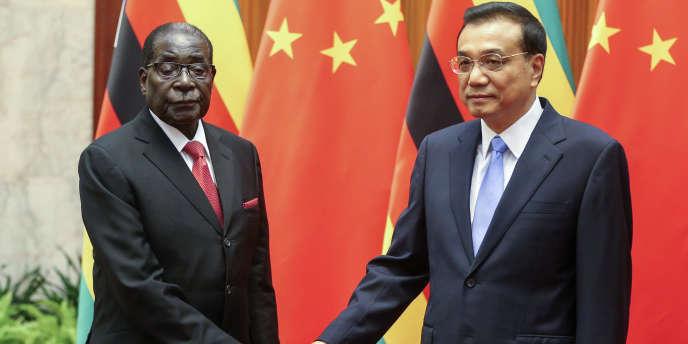 Le président zimbabwéen Robert Mugabe et le premier ministre chinois Li Keqiang, en 2014, à Pékin.