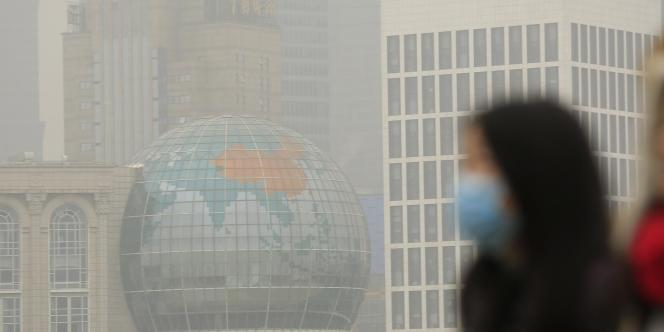 Selon les chiffres dévoilés lundi 2 février, près de 90% des grandes villes de Chine ne sont pas parvenues à respecter les normes de qualité de l'air en 2014. Ici à Shanghaï, le 26 janvier 2015.