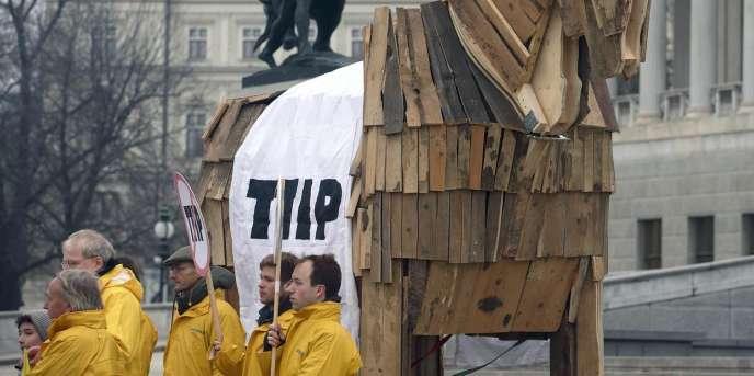 Des militants protestent contre le Traité transatlantique devant le Parlement de Vienne, le 20 janvier 2015.