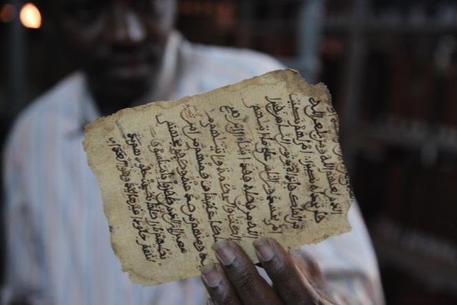 Un des nombreux manuscrits de Tombouctou dont l'avenir est menacé  du fait d'une mauvaise conservation.