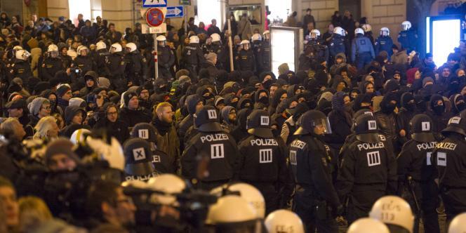 Les deux groupes ont échangé des insultes dans le centre de Vienne, mais ont été maintenus à distance par quelque 1 200 policiers.
