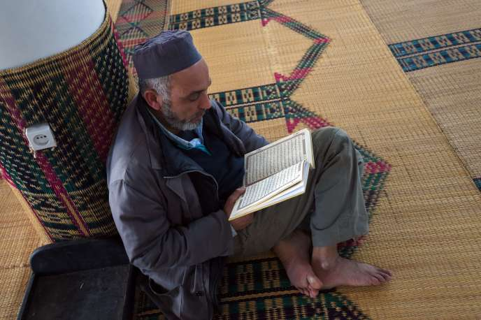 Un fidèle lit le Coran à la mosquée Al-Fath, à Tunis, le 16janvier.