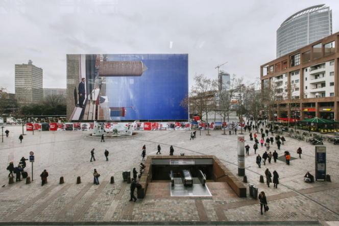 La photographie monumentale de Philippe Ramette sur l'esplanade, devant la gare de la Part-Dieu, à Lyon.