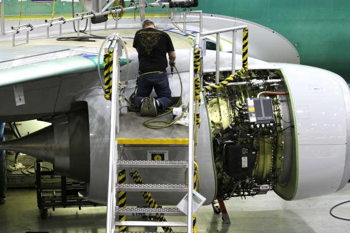 Ouvrier travaillant sur un Boeing 737, en décembre 2014.