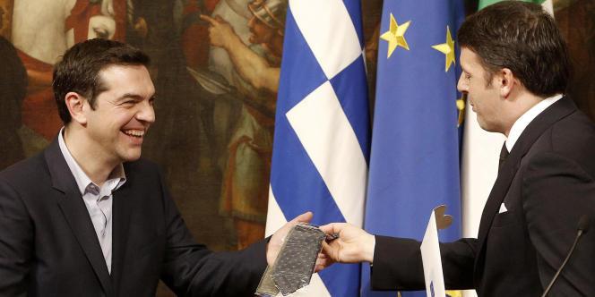 Le président du conseil italien, Matteo Renzi, offre une cravate, mardi 3 février, à son homologue grec, Alexis Tsipras.