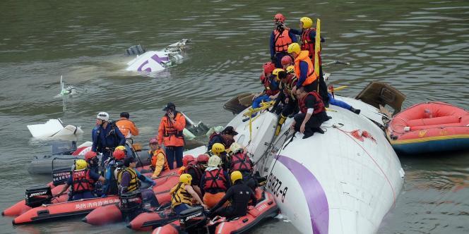Les opérations de secours à Taïwan après l'écrasement d'un avion dans une rivière.