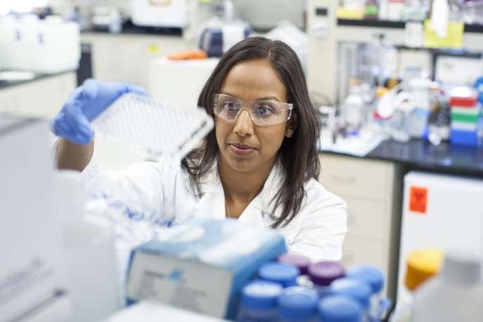 Une chercheuse au sein du laboratoire de Gilead Sciences à Foster City en Californie.