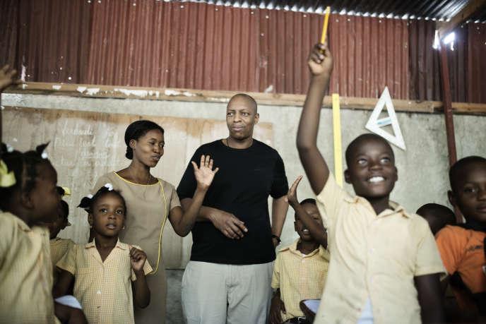 Visite d'Oxmo Puccino, ambassadeur de l'Unicef, à l'école nationale de Pernier à Pétionville (Haïti).