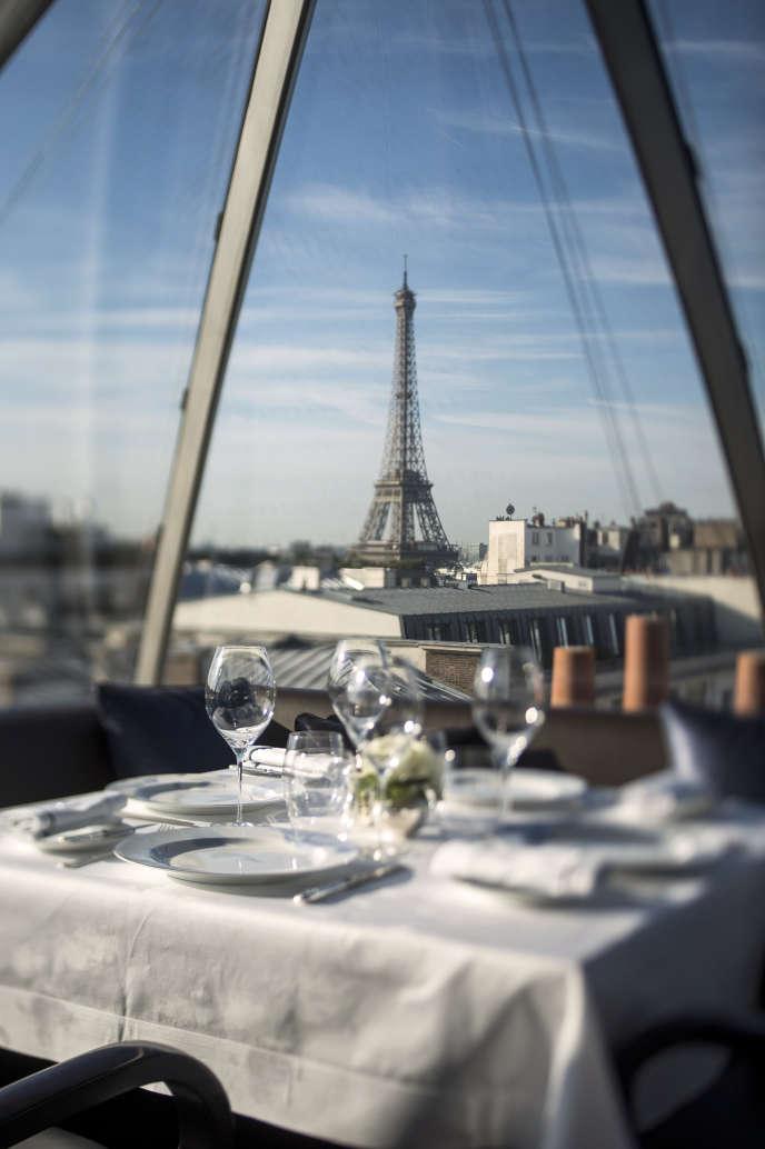 Une table du restaurant de l'hôtel Peninsula, à Paris.