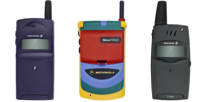 De gauche à droite : Ericsson T28s, Motorola StarTAC Rainbow, Nokia 8210.