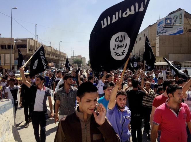 Des partisans de l'Etat islamique à Mossoul, lors de la prise de la ville, en juin 2014.