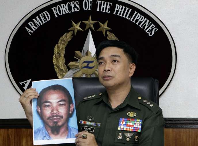 Un porte-parole de l'armée philippine présente une photo de Zulkifli Bin Hir, en 2012.