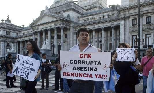"""Lors d'une manifestation, le 4 février à Buenos Aires. Sur la pancarte : """"CFK (Cristina Fernandez de Kirchner), corrompue et assassin, démissionnez maintenant !"""""""