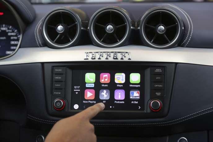 Présentation du système CarPlay lors d'une conférence à San Francisco, en juin 2014. Jusqu'à présent, ce système d'exploitation était le seul projet développé par Apple dans le secteur automobile.