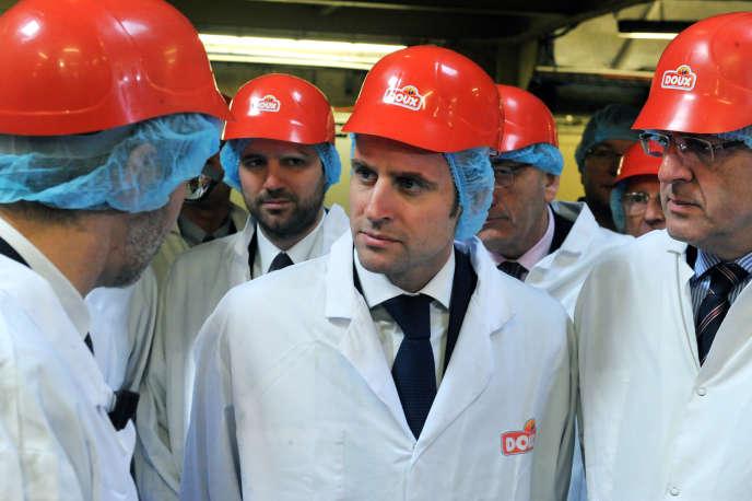 Le ministre de l'économie, Emmanuel Macron, dans une usine du volailler Doux, à Châteaulin, le 23 janvier.