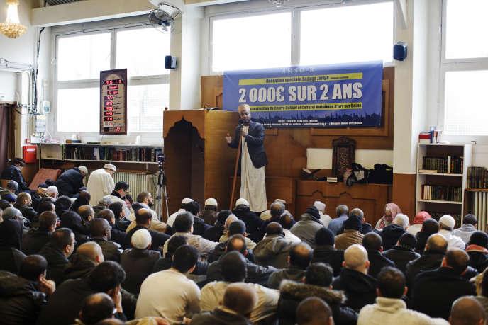 Prêche de l'Imam à la Mosquée Annour  à  Ivry sur Seine (94) le vendredi 9 janvier 2015, jour de prière.
