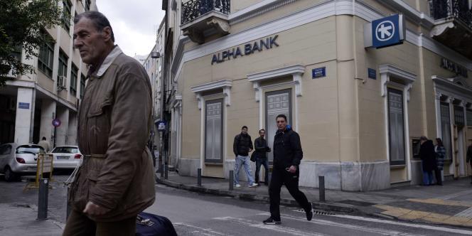Une banque Alpha à Athènes. AFP PHOTO/ LOUISA GOULIAMAKI