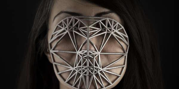 """""""Face Cages"""", la création de Zach Blas."""