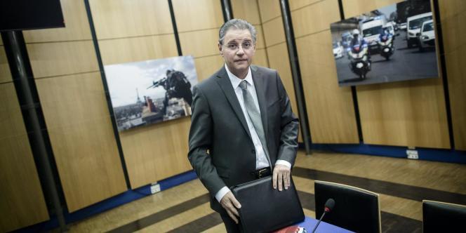 Le directeur de la police judiciaire de Paris, Bernard Petit, est soupçonné d'avoir violé le secret de l'instruction. Il a été mis en examen et suspendu de ses fonctions.