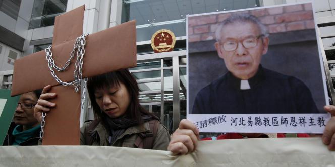 Ces manifestants protestent contre la détention de l'évêque catholique Shi Enxiang, le 7 décembre 2010 devant le bureau de liaison du gouvernement chinois à Hong Kong. En février 2015, Mgr Shi est décédé à l'âge de 94 ans après quatorze ans de prison en Chine.